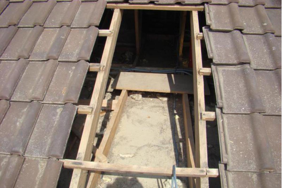 Ouverture réalisée temporairement dans la toiture pour le passage du tuyau de soufflage